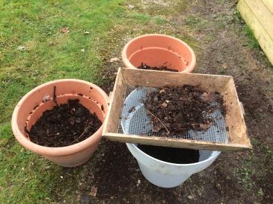 Lorsqu'on fait son terreau soi-même, il faut le tamiser pour les semis.